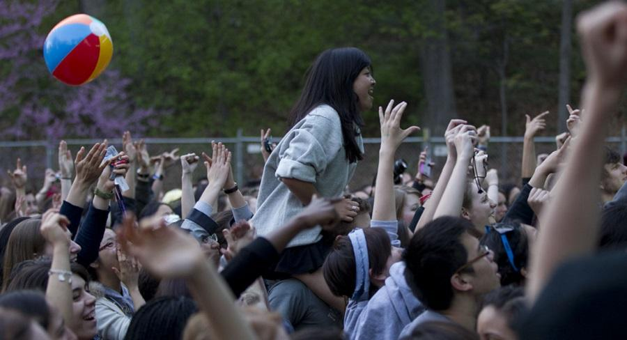 A mass of Wellesley College students enjoy a spring concert outside